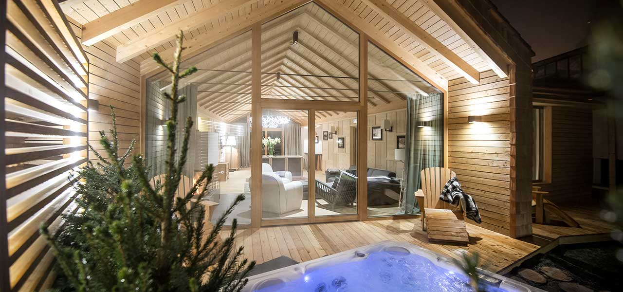 Exterior view of Chalet Zeno with Jacuzzi and view of the living room