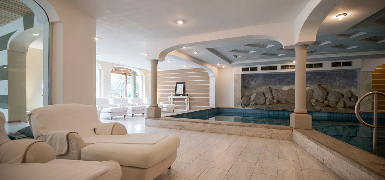 Indoor-pool with loungers