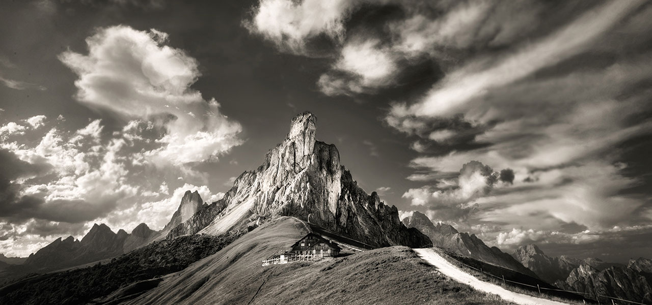 Black and white picture of a mountain hut in the Dolomites