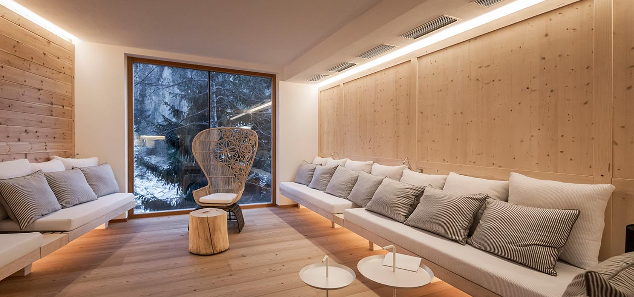 Relax corner in natural wood with sofas and glass window in the middle